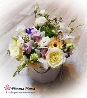 Cutie alba cu trandafiri Avalanche cu livrare GRATUITA in Cluj, oferita de Floraria Hanca.Buchete de flori personalizate, livrate la domiciliu.