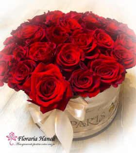 Cutie Paris cu 33 fire de trandafiri rosii cu livrare GRATUITA in Cluj, oferita de Floraria Hanca.Buchete de flori personalizate, livrate la domiciliu.