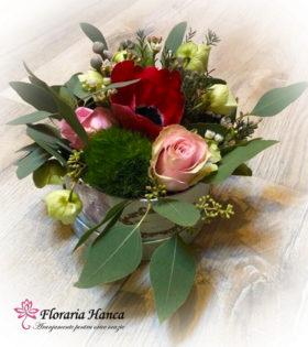 Cutie cu flori Amalia, ce contine anemona, green trick dianthus,trandafiri, wax flower, helleborus, eucalipt seeded, brunia