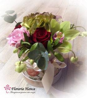 Cutie cu flori Daria cu hortensia, orhidee cymbidium, helleborus ,eucalipt. Cutii cu flori livrate la domiciliu de catre Floraria Hanca, in Cluj, Floresti
