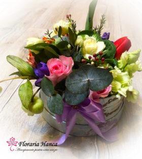 Cutie cu flori Sebastiana cu brassica, trandafiri, lalea, alstroemeria, eustoma, wax flower, helleborus, fresia